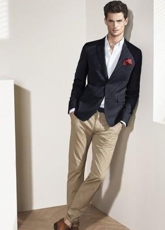 Cómo combinar un blazer negro: Emparejar un blazer negro con un pantalón chino marrón claro es una opción inigualable para un día en la oficina. Opta por un par de zapatos derby de cuero marrónes para mostrar tu inteligencia sartorial.