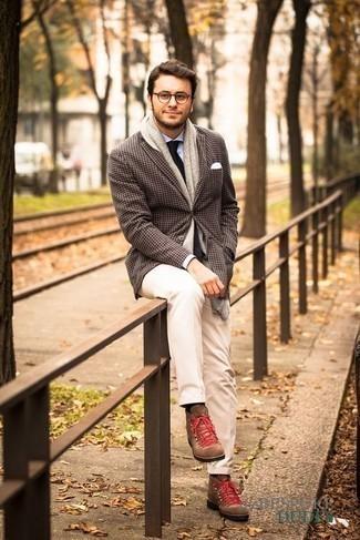 Cómo combinar una corbata negra: Usa un blazer de pata de gallo en marrón oscuro y una corbata negra para rebosar clase y sofisticación. ¿Quieres elegir un zapato informal? Opta por un par de botas de trabajo de ante marrónes para el día.