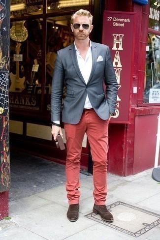 Cómo combinar unas botas: Elige un blazer azul marino y un pantalón chino rojo para lograr un estilo informal elegante. Botas son una opción práctica para completar este atuendo.