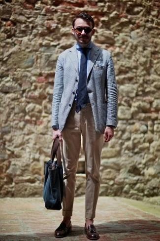 Un mocasín con borlas de vestir con un pantalón chino marrón claro: Intenta ponerse un blazer celeste y un pantalón chino marrón claro para crear un estilo informal elegante. Elige un par de mocasín con borlas para mostrar tu inteligencia sartorial.