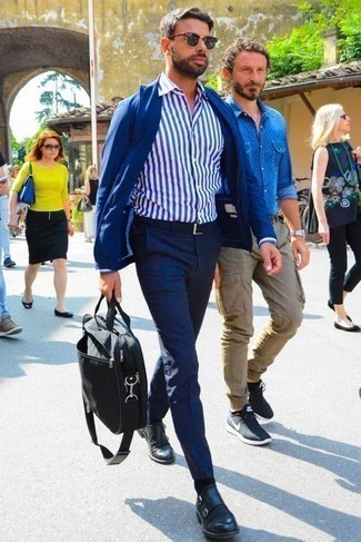 Cómo combinar un blazer azul: Si buscas un estilo adecuado y a la moda, usa un blazer azul y un pantalón chino azul marino. ¿Te sientes valiente? Haz zapatos con doble hebilla de cuero negros tu calzado.