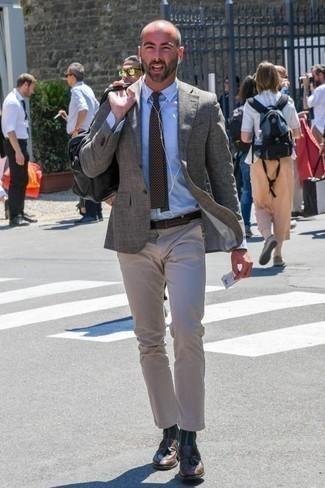 Cómo combinar una corbata a lunares en marrón oscuro: Opta por un blazer gris y una corbata a lunares en marrón oscuro para una apariencia clásica y elegante. Mocasín con borlas de cuero marrón son una opción práctica para completar este atuendo.