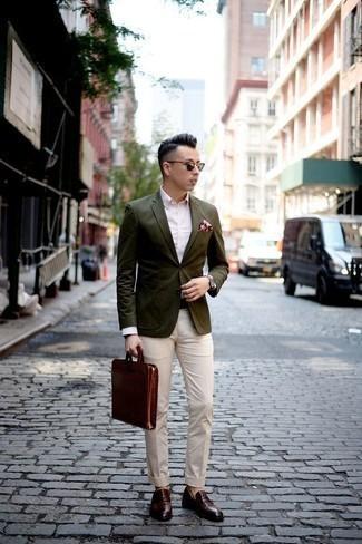 Cómo combinar un portafolio de cuero marrón: Empareja un blazer verde oliva junto a un portafolio de cuero marrón para un look agradable de fin de semana. Haz mocasín con borlas de cuero burdeos tu calzado para mostrar tu inteligencia sartorial.