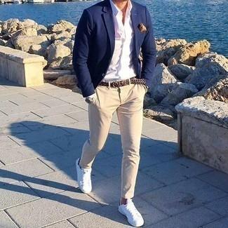 Cómo combinar un pantalón chino en beige: Ponte un blazer azul marino y un pantalón chino en beige para un lindo look para el trabajo. Si no quieres vestir totalmente formal, complementa tu atuendo con tenis de lona blancos.