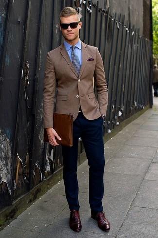 Si buscas un estilo adecuado y a la moda, equípate una parte de arriba azul con un pantalón chino azul marino. ¿Te sientes ingenioso? Dale el toque final a tu atuendo con zapatos oxford de cuero burdeos.