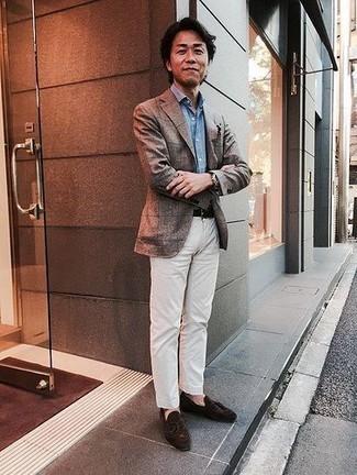 Cómo combinar un mocasín de ante en marrón oscuro: Casa un blazer a cuadros gris con un pantalón chino blanco para las 8 horas. Con el calzado, sé más clásico y haz mocasín de ante en marrón oscuro tu calzado.