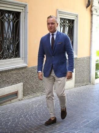 Cómo combinar una corbata a lunares en marrón oscuro: Opta por un blazer azul y una corbata a lunares en marrón oscuro para una apariencia clásica y elegante. Mocasín de ante en marrón oscuro son una opción grandiosa para complementar tu atuendo.