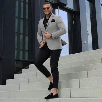 Cómo combinar una camisa de vestir negra: Utiliza una camisa de vestir negra y un pantalón chino negro para lograr un estilo informal elegante. Mocasín con borlas de terciopelo negro añaden la elegancia necesaria ya que, de otra forma, es un look simple.
