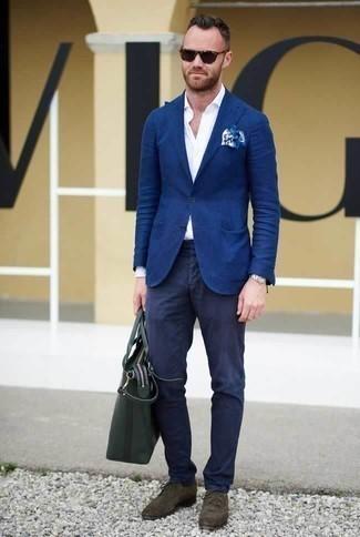 Cómo combinar una bolsa tote de cuero verde oscuro: Ponte un blazer azul y una bolsa tote de cuero verde oscuro transmitirán una vibra libre y relajada. Con el calzado, sé más clásico y elige un par de zapatos derby de ante en marrón oscuro.