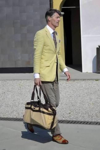 Cómo combinar un pañuelo de bolsillo estampado en multicolor: Ponte un blazer amarillo y un pañuelo de bolsillo estampado en multicolor para un look agradable de fin de semana. Zapatos oxford de lona marrón claro dan un toque chic al instante incluso al look más informal.
