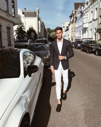 Cómo combinar una camisa de vestir blanca con unos zapatos derby de cuero negros: Considera ponerse una camisa de vestir blanca y un pantalón chino blanco para después del trabajo. Con el calzado, sé más clásico y completa tu atuendo con zapatos derby de cuero negros.