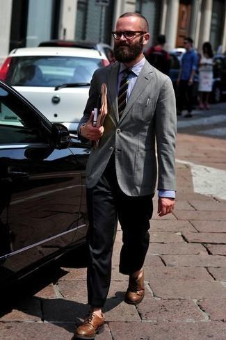 Cómo combinar una corbata de rayas horizontales verde oscuro: Ponte un blazer gris y una corbata de rayas horizontales verde oscuro para rebosar clase y sofisticación. Zapatos brogue de cuero marrónes son una opción incomparable para completar este atuendo.