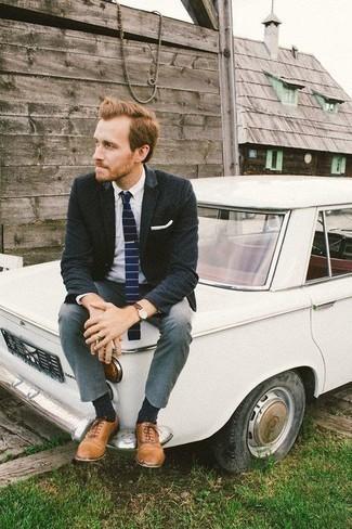Cómo combinar unos zapatos oxford de cuero marrón claro: Elige un blazer azul marino y un pantalón chino gris para crear un estilo informal elegante. ¿Te sientes valiente? Opta por un par de zapatos oxford de cuero marrón claro.