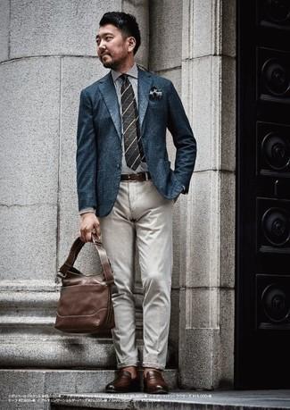 Cómo combinar unos zapatos de vestir: Equípate un blazer azul marino con un pantalón chino gris para las 8 horas. Activa tu modo fiera sartorial y haz de zapatos de vestir tu calzado.