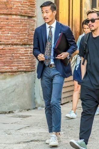 Cómo combinar unas gafas de sol azules: Opta por un blazer azul marino y unas gafas de sol azules para un look agradable de fin de semana. Tenis de cuero blancos añaden la elegancia necesaria ya que, de otra forma, es un look simple.