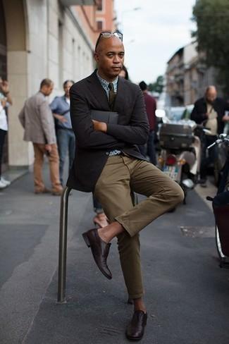 Outfits hombres: Emparejar un blazer negro junto a un pantalón chino verde oliva es una opción muy buena para un día en la oficina. Con el calzado, sé más clásico y complementa tu atuendo con zapatos oxford de cuero burdeos.