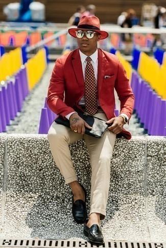 Cómo combinar un pañuelo de bolsillo estampado verde oscuro: Emparejar un blazer rojo junto a un pañuelo de bolsillo estampado verde oscuro es una opción buena para el fin de semana. Con el calzado, sé más clásico y haz mocasín de cuero negro tu calzado.