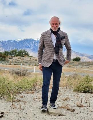 Moda para hombres de 60 años: Intenta combinar un blazer de pata de gallo marrón junto a un pantalón chino azul marino para crear un estilo informal elegante. Con el calzado, sé más clásico y usa un par de zapatos con doble hebilla de cuero azul marino.
