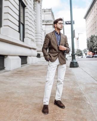 Cómo combinar un blazer marrón: Opta por un blazer marrón y un pantalón chino blanco para lograr un estilo informal elegante. Elige un par de zapatos brogue de ante en marrón oscuro para mostrar tu inteligencia sartorial.