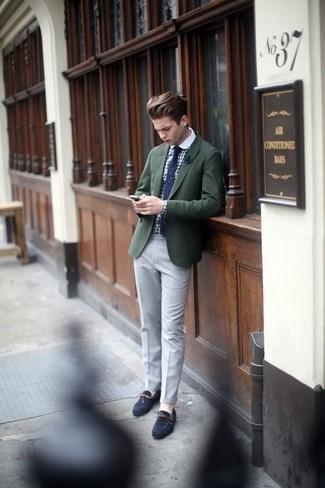 Cómo combinar una corbata a lunares en azul marino y blanco: Opta por un blazer verde oscuro y una corbata a lunares en azul marino y blanco para un perfil clásico y refinado. Mocasín de ante azul marino resaltaran una combinación tan clásico.