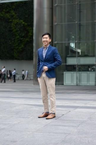Cómo combinar un pantalón chino en beige: Opta por un blazer azul y un pantalón chino en beige para crear un estilo informal elegante. ¿Te sientes ingenioso? Dale el toque final a tu atuendo con zapatos oxford de cuero marrón claro.
