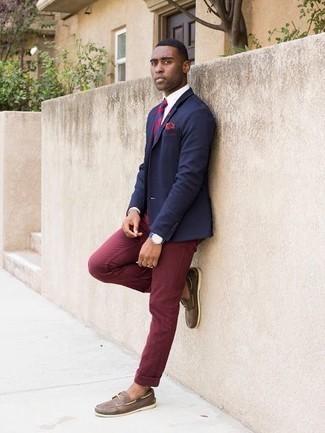 Cómo combinar una camisa: Considera emparejar una camisa con un pantalón chino burdeos para un lindo look para el trabajo. Elige un par de náuticos de cuero marrónes para mostrar tu inteligencia sartorial.