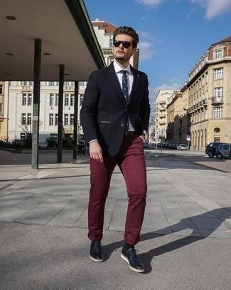 Cómo combinar una camisa: Algo tan simple como emparejar una camisa junto a un pantalón chino burdeos puede distinguirte de la multitud. Con el calzado, sé más clásico y elige un par de zapatos derby de cuero negros.