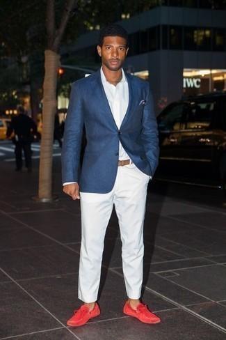 Moda para hombres de 30 años: Intenta ponerse un blazer azul marino y un pantalón chino blanco para lograr un look de vestir pero no muy formal. ¿Quieres elegir un zapato informal? Opta por un par de mocasín de ante rojo para el día.