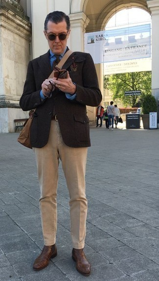Cómo combinar un pañuelo de bolsillo estampado en marrón oscuro: Equípate un blazer de lana en marrón oscuro junto a un pañuelo de bolsillo estampado en marrón oscuro para un look agradable de fin de semana. Elige un par de botines chelsea de cuero marrónes para mostrar tu inteligencia sartorial.