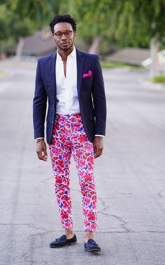 Cómo combinar una pulsera de cuero marrón: Usa un blazer azul marino y una pulsera de cuero marrón para un look agradable de fin de semana. ¿Te sientes valiente? Complementa tu atuendo con mocasín con borlas de ante azul marino.