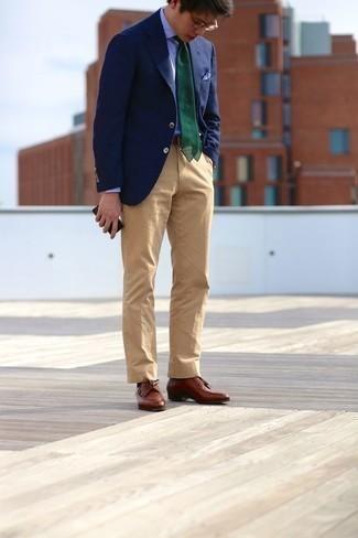 Outfits hombres: Empareja un blazer azul marino con un pantalón chino marrón claro para las 8 horas. Luce este conjunto con zapatos derby de cuero marrónes.