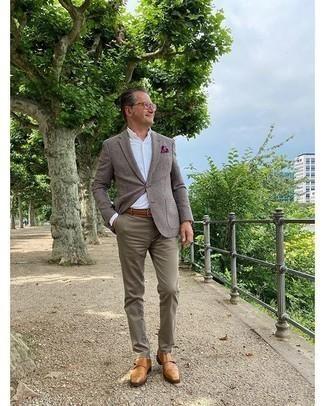 Cómo combinar un pañuelo de bolsillo estampado morado: Un blazer a cuadros marrón y un pañuelo de bolsillo estampado morado son una opción incomparable para el fin de semana. Con el calzado, sé más clásico y completa tu atuendo con zapatos con doble hebilla de cuero marrón claro.