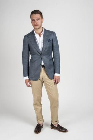 Cómo combinar: blazer en gris oscuro, camisa de vestir blanca, pantalón chino marrón claro, mocasín con borlas de cuero marrón