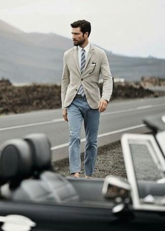 Cómo combinar: blazer marrón claro, camisa de vestir blanca, pantalón chino gris, corbata de rayas verticales gris