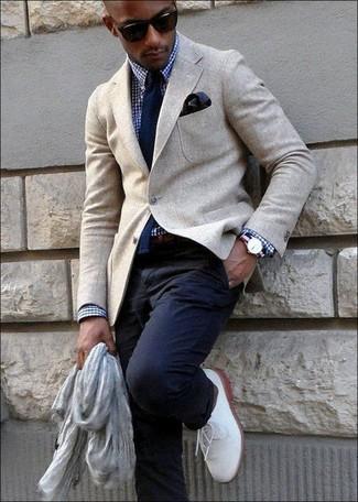 Cómo combinar una correa de cuero en marrón oscuro: Equípate un blazer de lana en beige con una correa de cuero en marrón oscuro transmitirán una vibra libre y relajada. ¿Te sientes valiente? Haz zapatos derby de cuero blancos tu calzado.