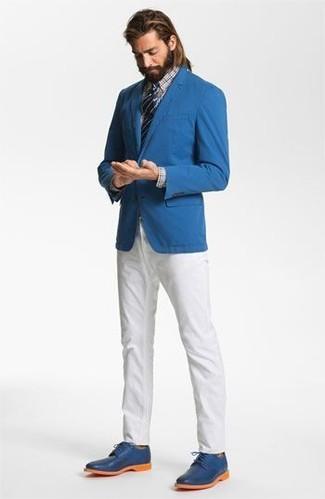 55a547d3 Cómo combinar: blazer azul, camisa de vestir de tartán celeste, pantalón  chino blanco