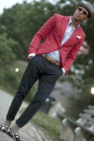 Cómo combinar: blazer rojo, camisa de vestir de rayas verticales en blanco y azul, pantalón chino en gris oscuro, mocasín de lona estampado en negro y blanco