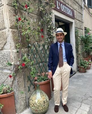 Cómo combinar un sombrero de paja blanco: Para un atuendo tan cómodo como tu sillón elige un blazer azul marino y un sombrero de paja blanco. ¿Te sientes ingenioso? Dale el toque final a tu atuendo con mocasín de ante en marrón oscuro.