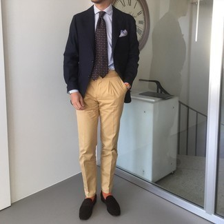 Cómo combinar un pantalón chino marrón claro: Casa un blazer negro junto a un pantalón chino marrón claro para lograr un estilo informal elegante. Completa tu atuendo con mocasín de ante en marrón oscuro para mostrar tu inteligencia sartorial.