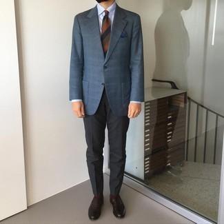 Cómo combinar un blazer de tartán azul marino: Equípate un blazer de tartán azul marino junto a un pantalón chino en gris oscuro para lograr un estilo informal elegante. ¿Te sientes valiente? Elige un par de mocasín de cuero en marrón oscuro.