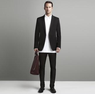 Cómo combinar: blazer en marrón oscuro, camisa de vestir blanca, pantalón chino en marrón oscuro, zapatos oxford de cuero en marrón oscuro
