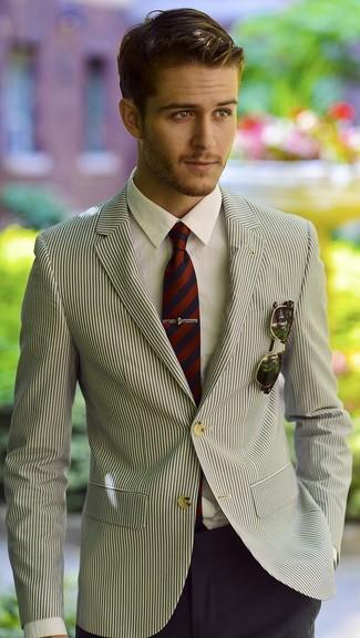 Look de moda: Blazer de rayas verticales en blanco y negro, Camisa de vestir blanca, Pantalón de vestir azul marino, Corbata de rayas verticales en rojo y azul marino