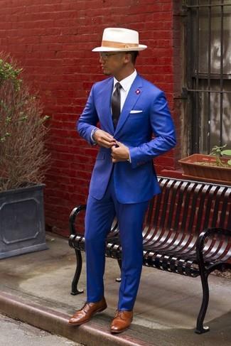 Equípate una parte de arriba azul con un pantalón de vestir azul para rebosar clase y sofisticación. Zapatos derby de cuero marrón claro contrastarán muy bien con el resto del conjunto.