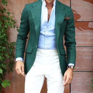 Cómo combinar: blazer verde oscuro, camisa de vestir celeste, pantalón de vestir en beige, pañuelo de bolsillo con print de flores verde oscuro