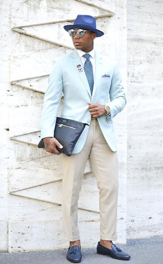 Cómo combinar: blazer celeste, camisa de vestir blanca, pantalón de vestir en beige, mocasín con borlas de cuero azul marino