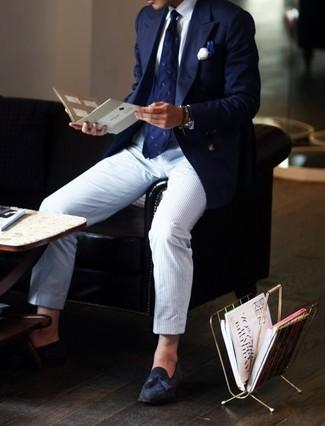Cómo combinar: blazer azul marino, camisa de vestir blanca, pantalón de vestir de rayas verticales celeste, mocasín con borlas de ante azul marino