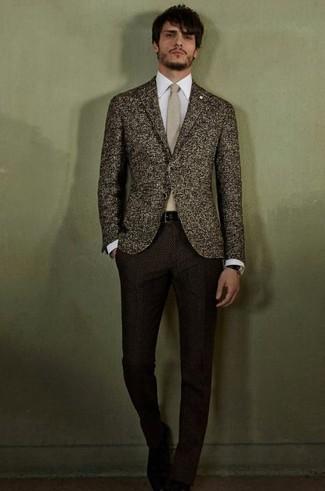 Cómo combinar: blazer de lana en marrón oscuro, camisa de vestir blanca, pantalón de vestir de lana en marrón oscuro, corbata en beige