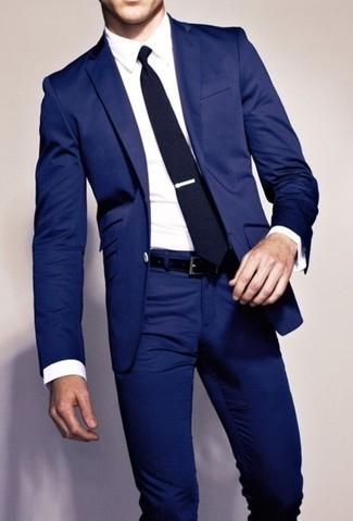 Emparejar una parte de arriba blanca junto a un pantalón de vestir azul marino es una opción atractiva para una apariencia clásica y refinada.