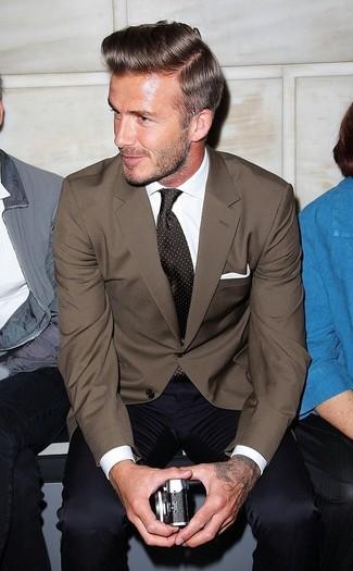 Cómo combinar: blazer marrón, camisa de vestir blanca, pantalón de vestir azul marino, corbata a lunares en marrón oscuro