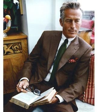 Cómo combinar: blazer de lana en marrón oscuro, camisa de vestir de cuadro vichy en blanco y azul, pantalón de vestir de lana en marrón oscuro, corbata de punto verde oscuro